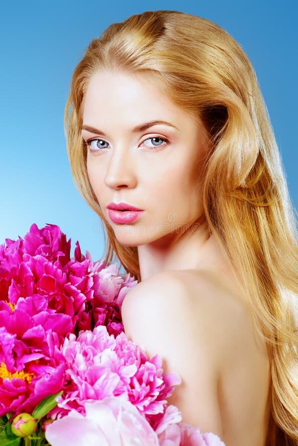 Belle com flores fotografia de stock royalty free