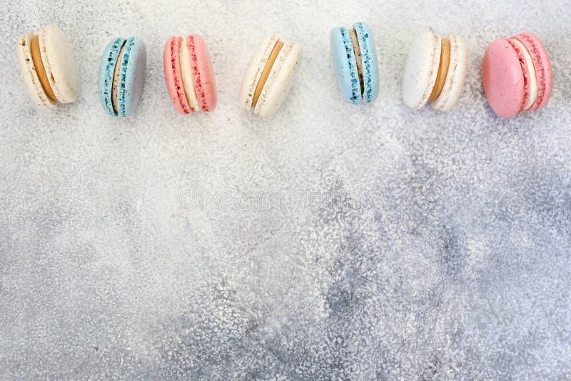 Belle composition avec les biscuits color?s de macaron photo stock