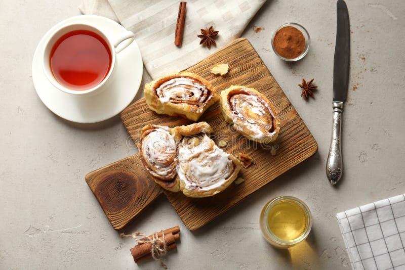 Belle composition avec les petits pains de cannelle faits maison doux images stock