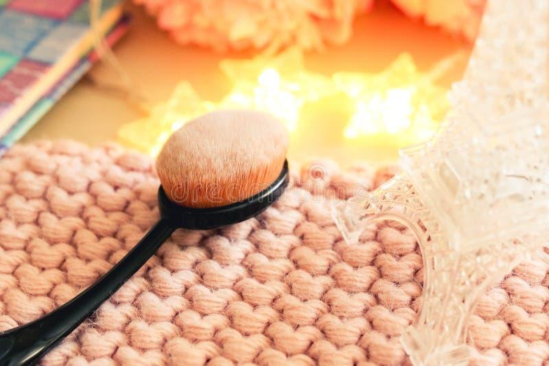 Belle composition avec une brosse pour le maquillage image stock
