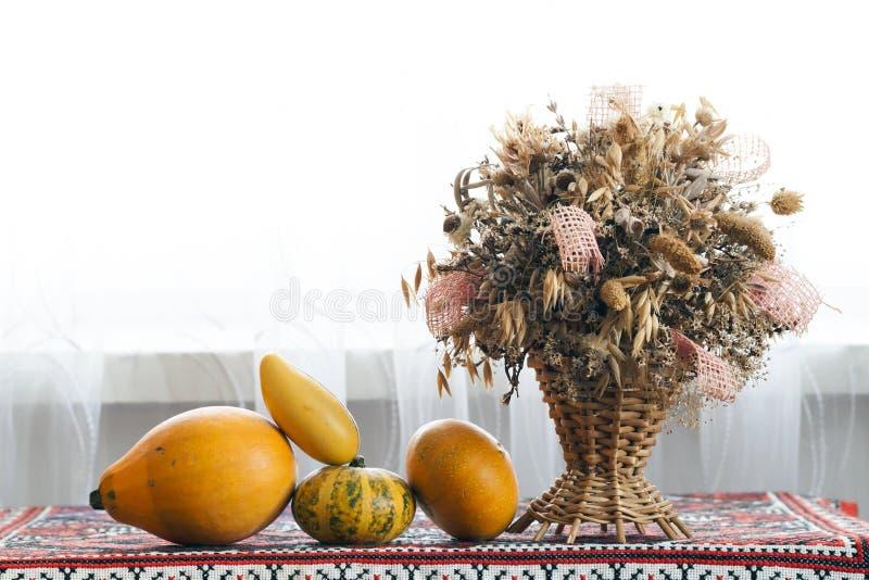 Belle composition d'automne de panier avec les herbes curatives sèches photographie stock libre de droits