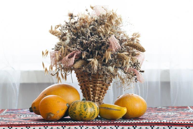 Belle composition d'automne de panier avec les herbes curatives sèches images stock