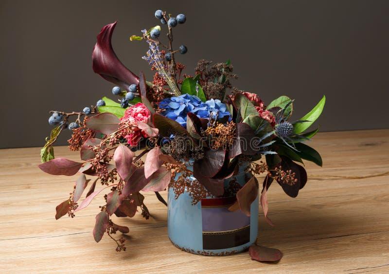 Belle composition de bouquet d'automne des fleurs et des feuilles sèches de pré photos libres de droits