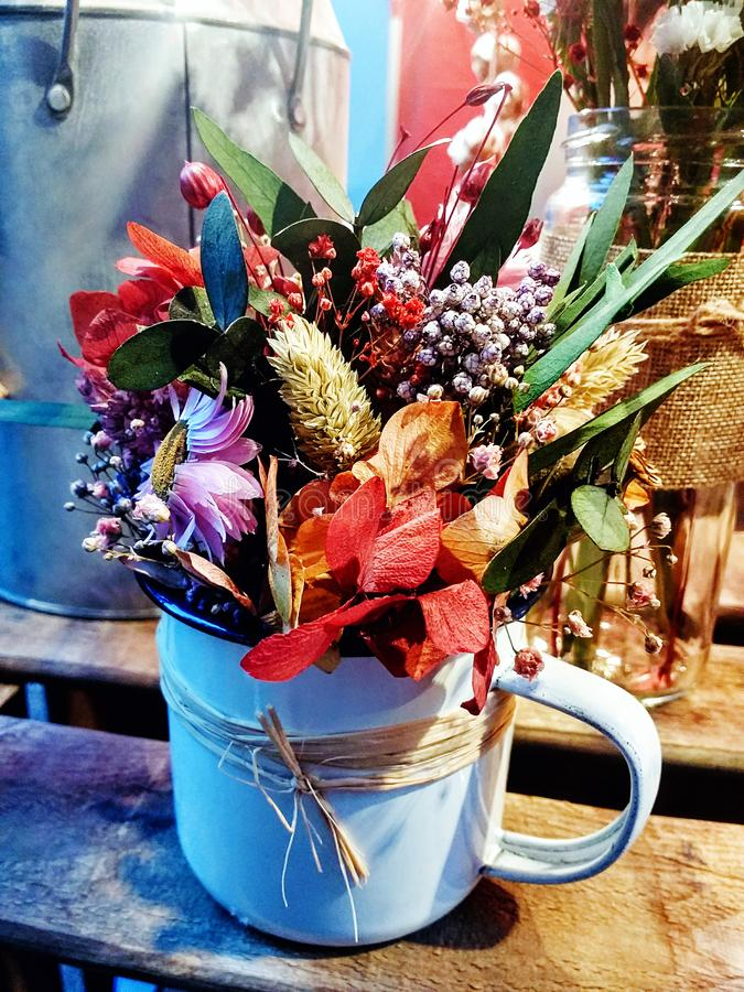 Belle composition florale dans un pot photo stock