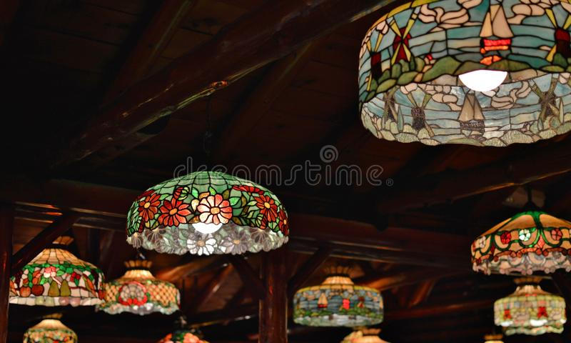 Belle conception en verre colorée de vintage de Tiffany Lamps Lighting Colorful Stained photographie stock libre de droits