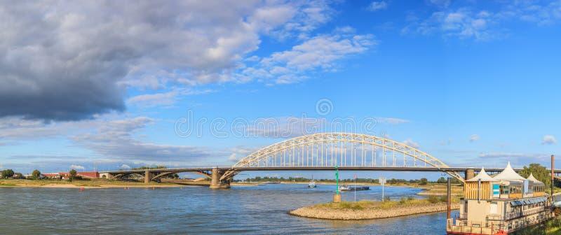 Belle construction de pont de Waal au-dessus de rivière à Nimègue photo stock