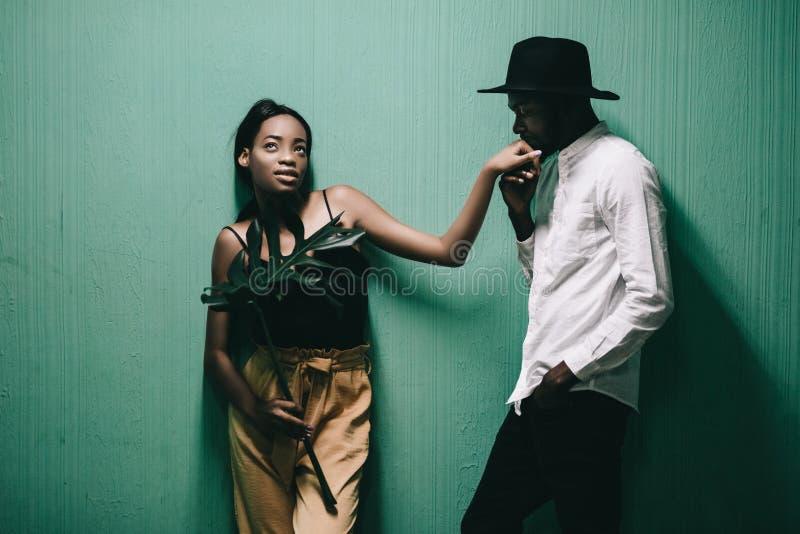 Belle coppie afroamericane allegre che se esaminano immagine stock libera da diritti