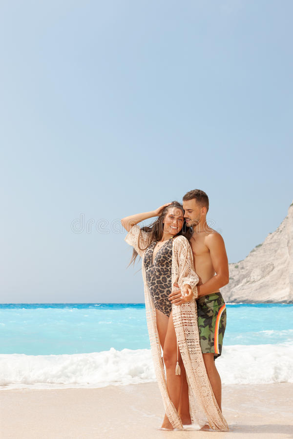 Belle coppie alla spiaggia fotografia stock