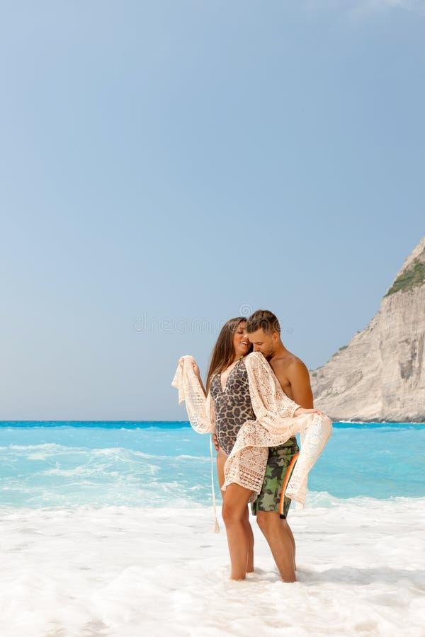 Belle coppie alla spiaggia fotografie stock libere da diritti