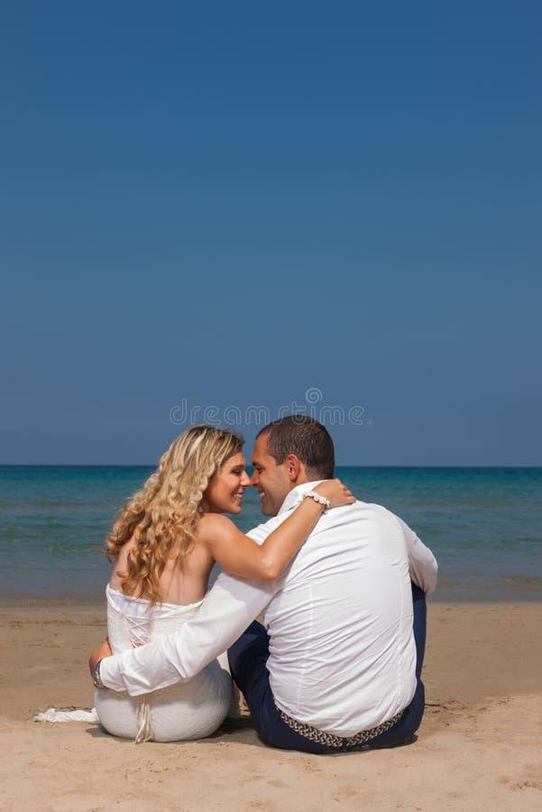 Belle coppie alla spiaggia immagini stock libere da diritti