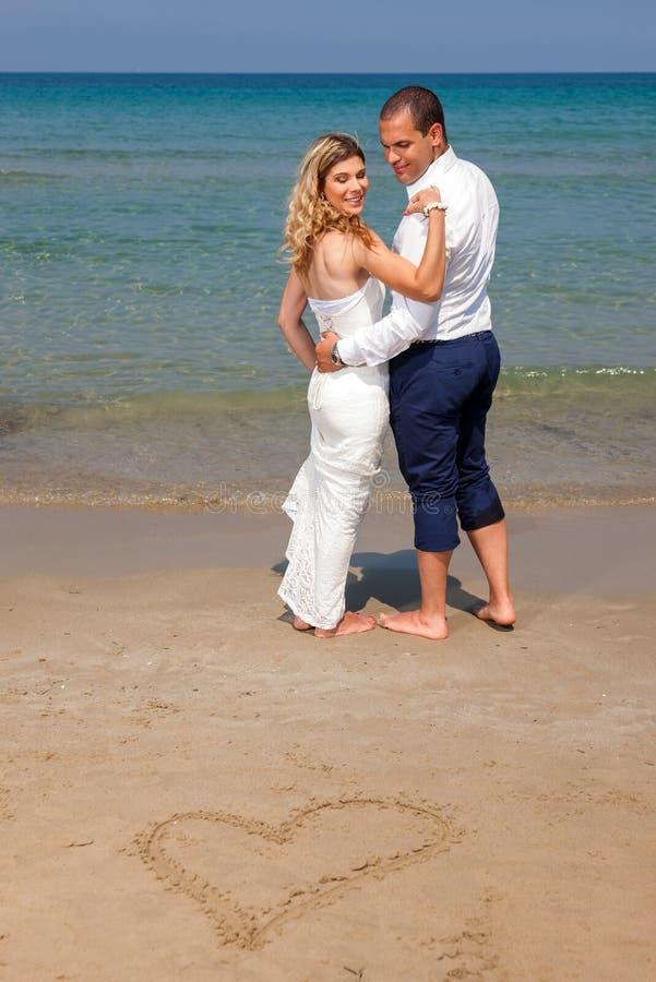 Belle coppie alla spiaggia fotografia stock libera da diritti