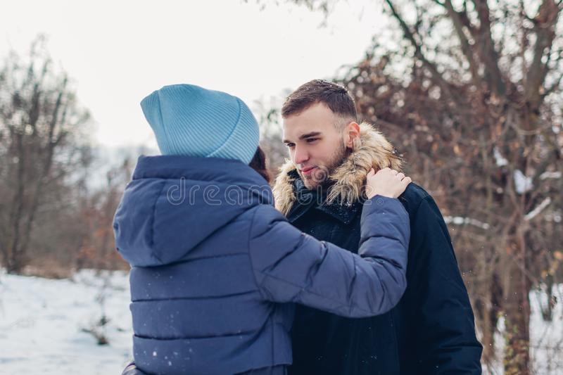 Belle coppie amorose che camminano e che abbracciano nella gente della foresta di inverno che raffredda all'aperto fotografia stock libera da diritti
