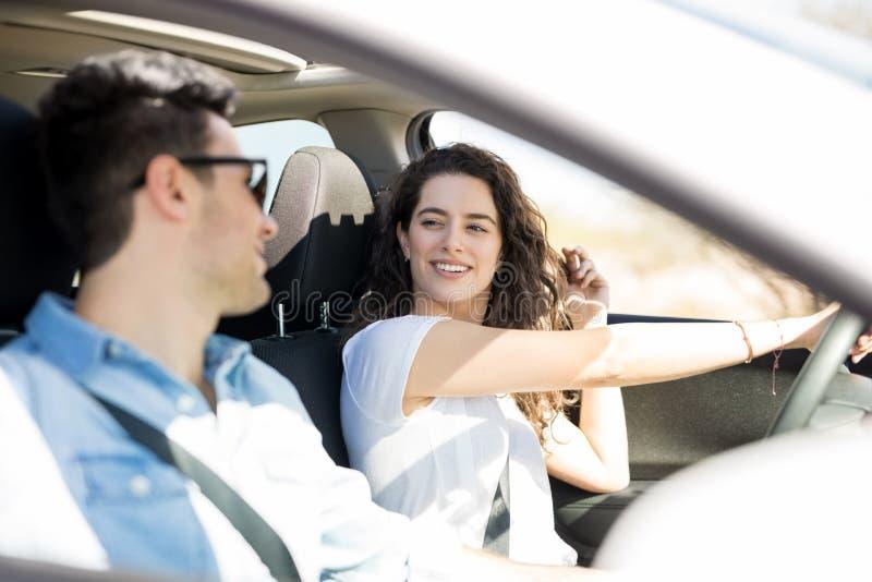 Belle coppie che conducono un'automobile fotografia stock libera da diritti