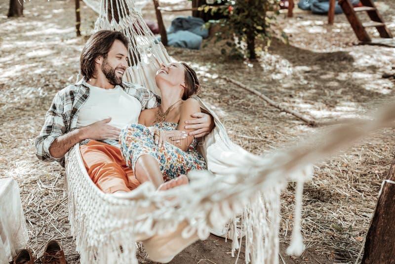 Belle coppie che spendono insieme tempo in un'amaca fotografia stock