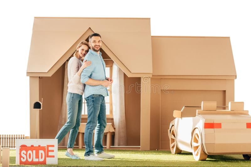 belle coppie davanti alla loro nuova casa del cartone fotografia stock