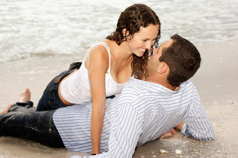 belle coppie della spiaggia ogni sorridere situantesi della o immagine stock