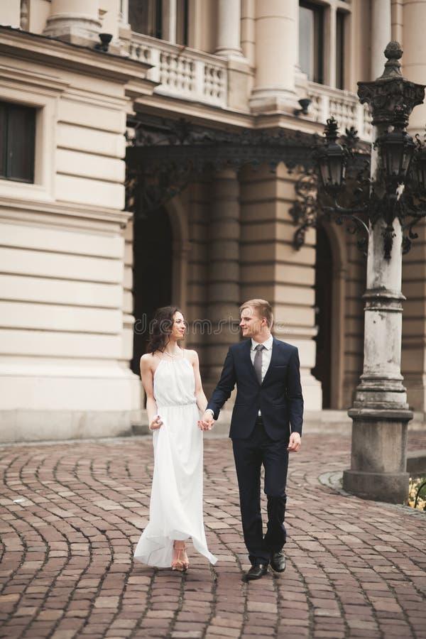Belle coppie di nozze, sposa, sposo che bacia e che abbraccia contro lo sfondo del teatro immagini stock libere da diritti