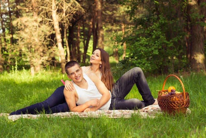 Belle coppie felici al picnic immagini stock