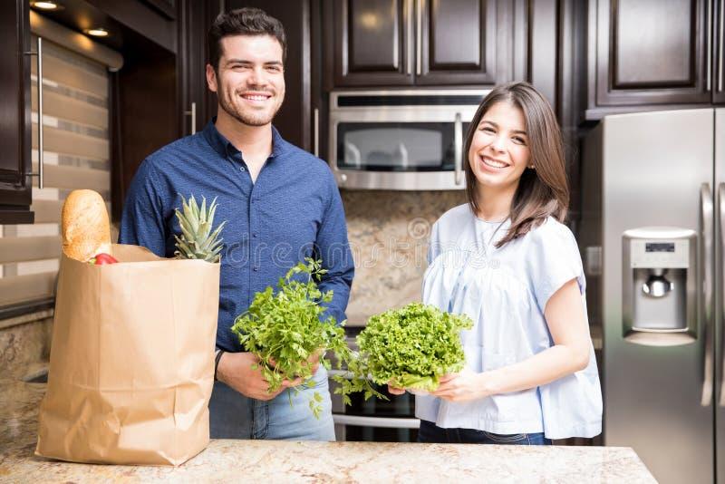 Belle coppie ispanice con le verdure verdi fresche fotografia stock libera da diritti