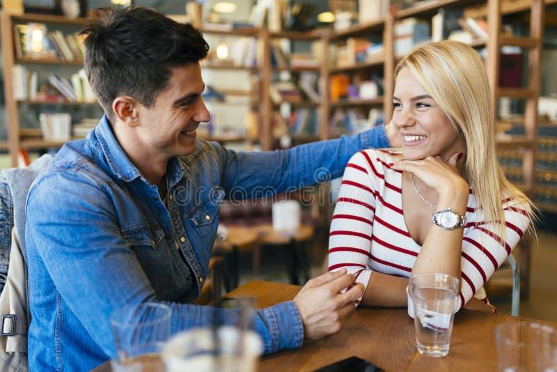 Belle coppie nell'amore che flirta in caffè fotografie stock libere da diritti