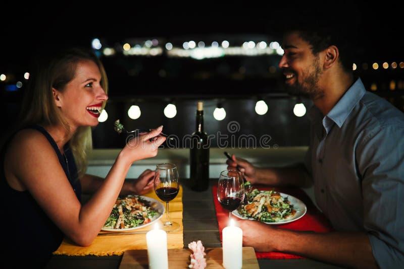 Belle coppie nell'amore che ha cena romantica alla notte fotografie stock libere da diritti