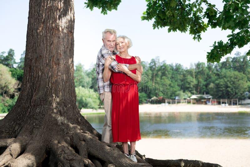 Belle coppie pensionate sveglie che spendono il loro fine settimana in natura fotografia stock