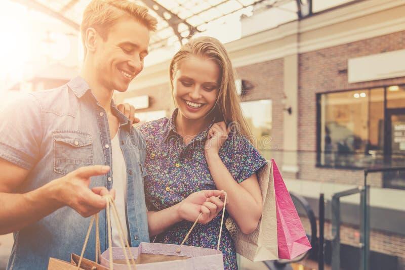 Belle coppie romantiche che esaminano gli acquisti fotografia stock libera da diritti