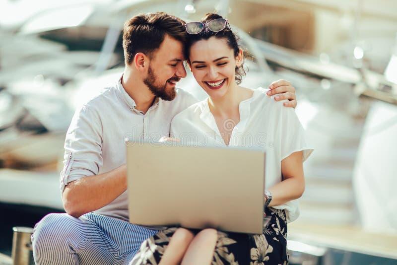 Belle coppie romantiche facendo uso del computer portatile fotografia stock libera da diritti