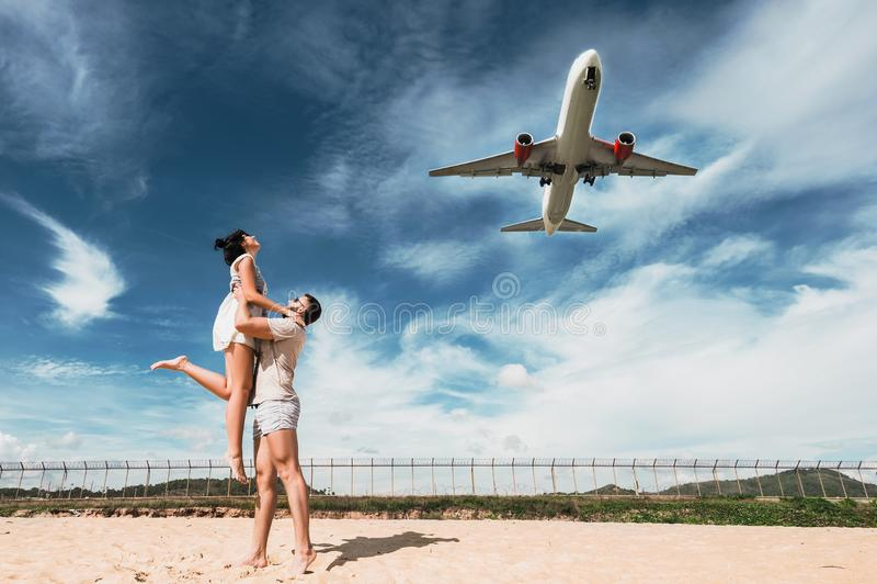 Belle coppie sul divertiresi sulla spiaggia Coppie felici sulla vacanza Viaggio di luna di miele amanti di luna di miele Viaggio  fotografia stock