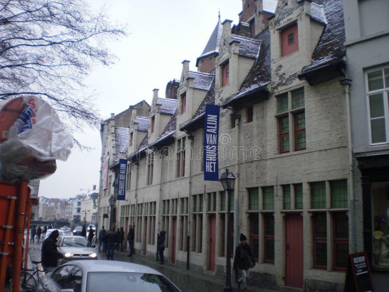 Belle costruzioni medievali di stile un giorno di Snowy nel villaggio a Gand 23 marzo 2013 Gand, le Fiandre Occidentali, Belgio v immagini stock libere da diritti