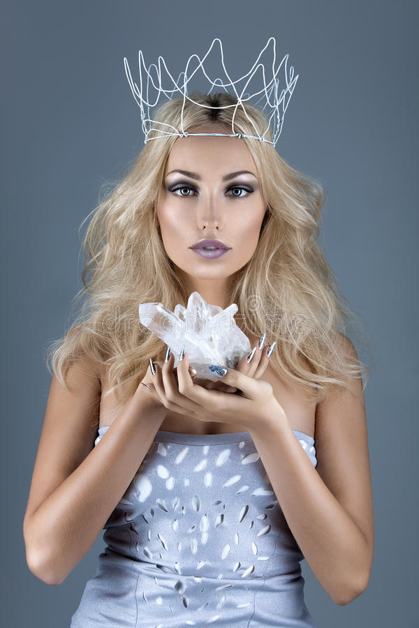 Belle couronne de fille tenant le cristal images stock