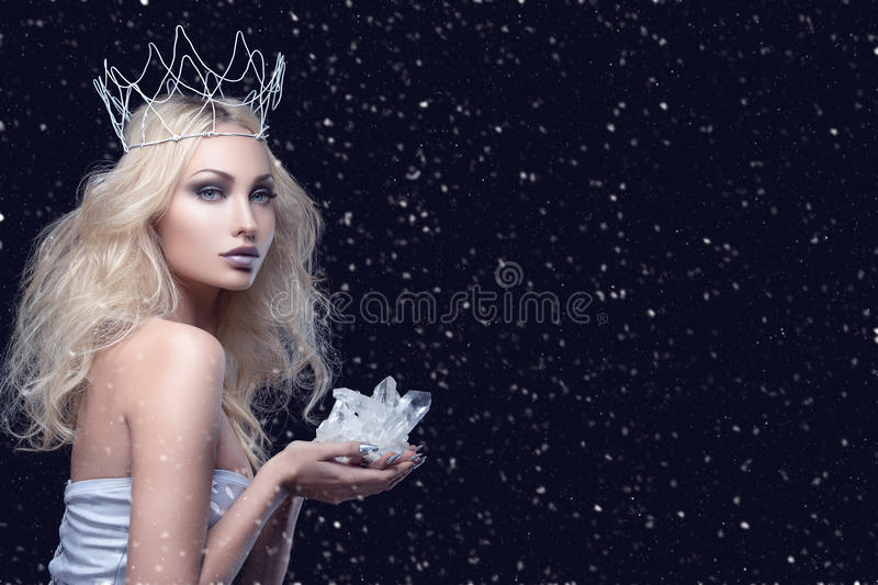 Belle couronne de fille tenant le cristal photo stock