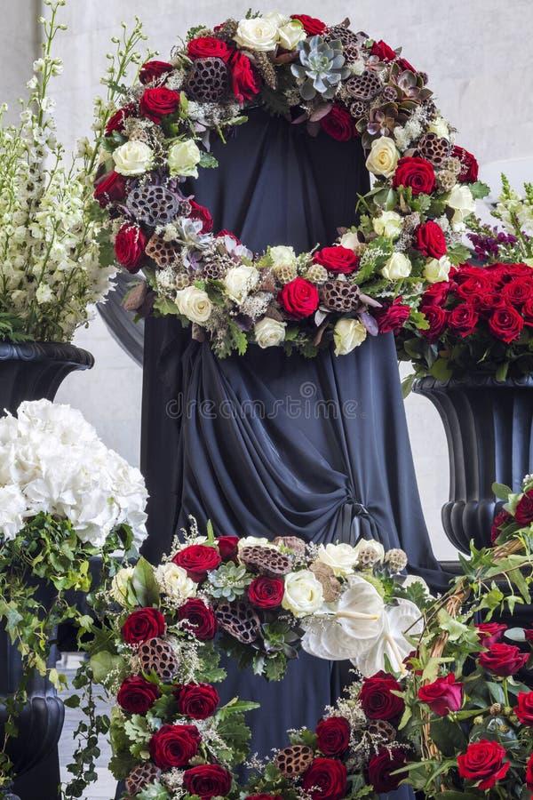 Belle décoration de fleur du cercueil, plan rapproché Enterrement, cérémonie d'adieu image stock