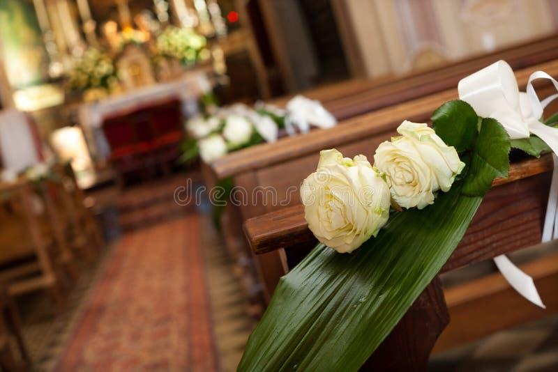 Belle décoration de mariage de fleur dans une église photographie stock