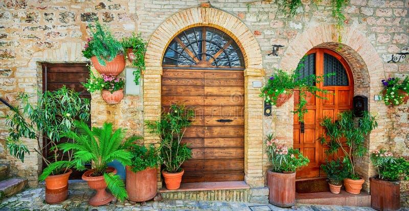 Belle décoration de rue avec des fleurs dans la ville médiévale Spello photos libres de droits
