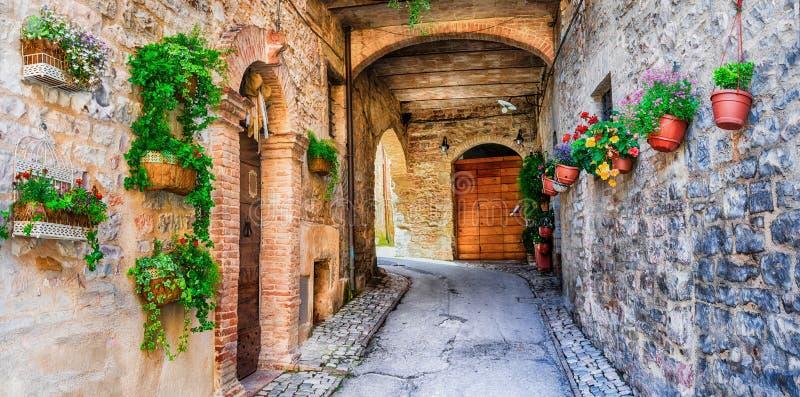 Belle décoration de rue avec des fleurs dans la ville médiévale Spello photo stock