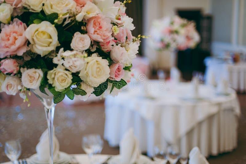 Belle décoration des fleurs au mariage images stock