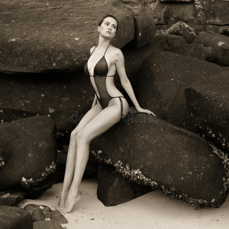 Belle dame élégante au rocher énorme photos libres de droits