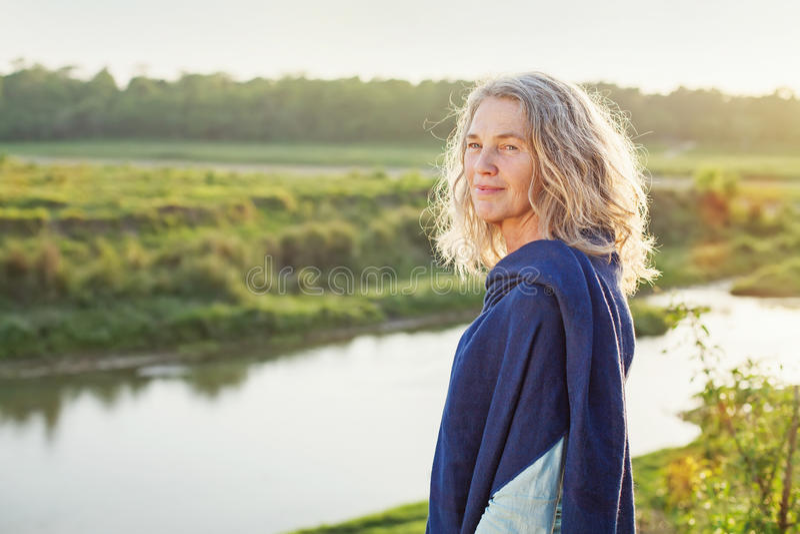 Belle dame appréciant une vue de rivière images libres de droits