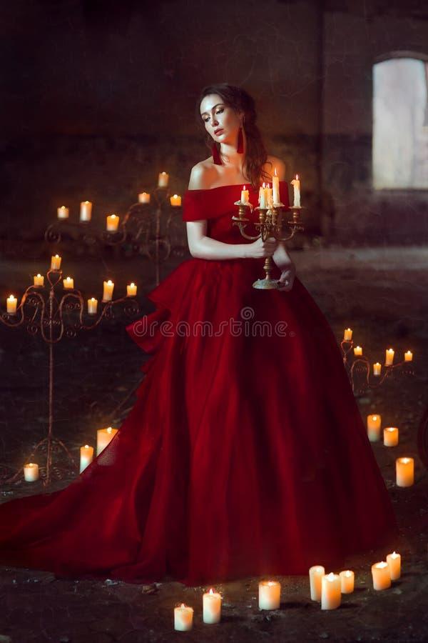 Belle dame avec des bougies image libre de droits