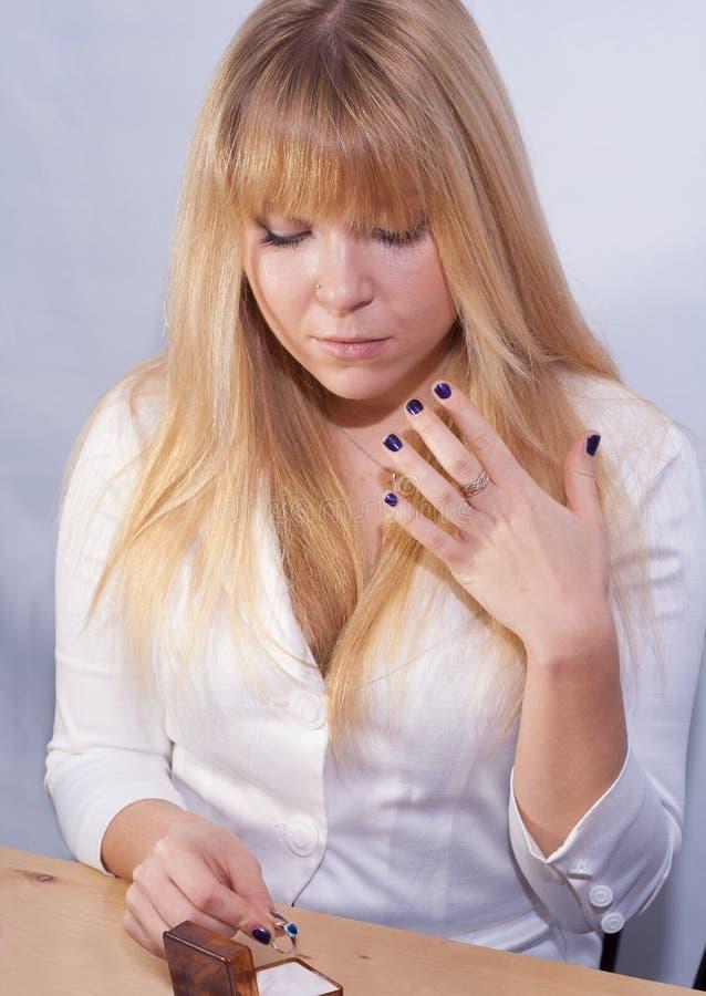 Belle dame avec l'anneau bleu de saphir à disposition photo stock