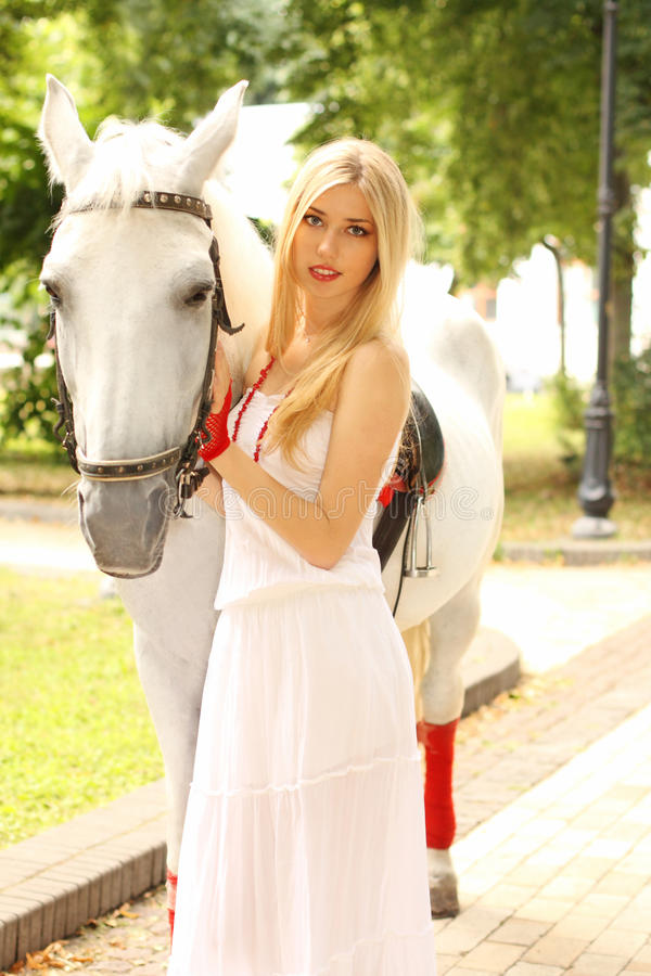 Belle dame avec le cheval blanc photo stock
