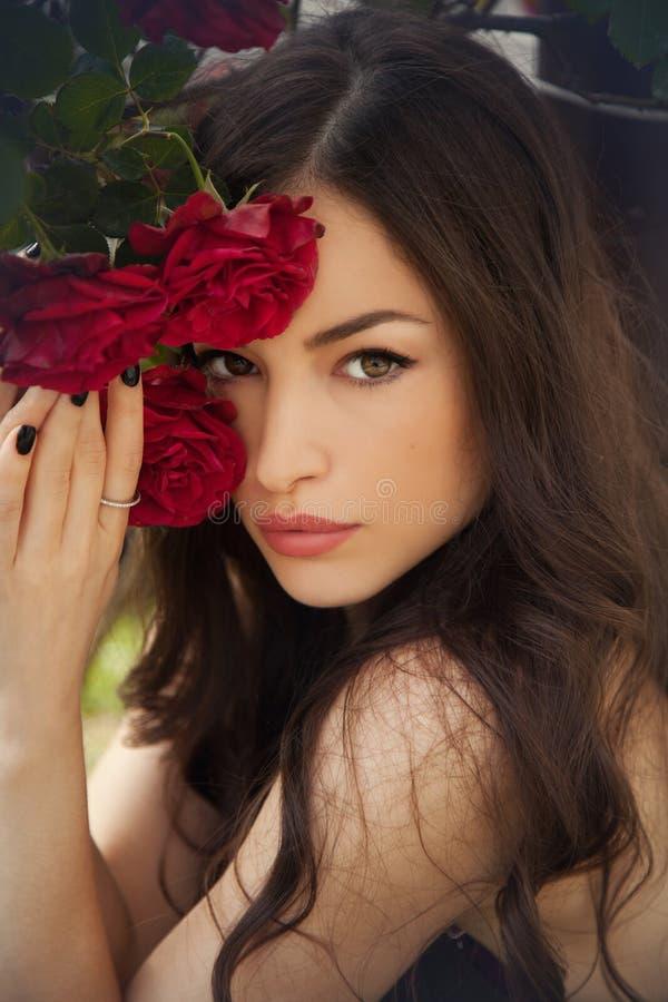 Belle dame avec les roses rouges photo stock