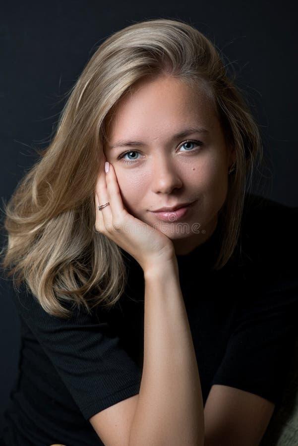 Belle dame blonde avec des yeux bleus photographie stock