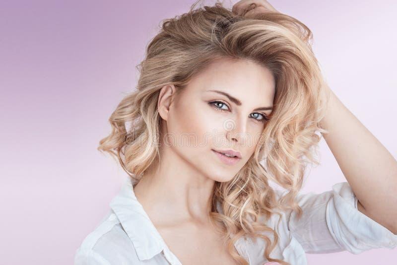Belle dame blonde naturelle photographie stock libre de droits