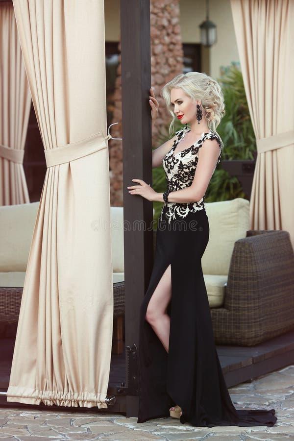 Download Belle Dame Dans La Robe élégante Coiffure Maquillage Rouge De Lèvres Photo stock - Image du glam, bijou: 76085624