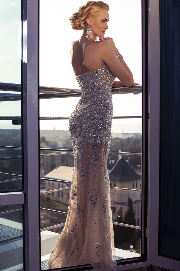 belle dame dans la robe élégante posant au balcon photo stock