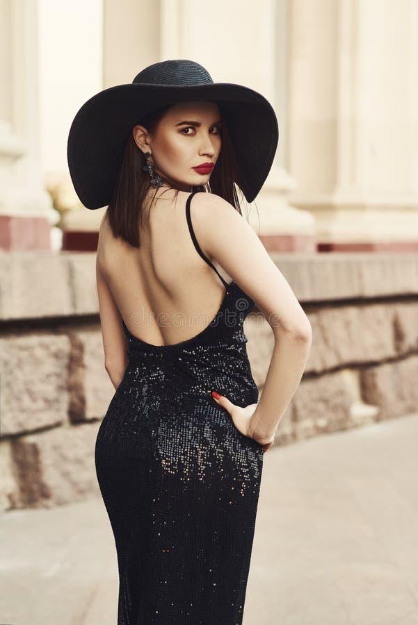 Belle dame dans la robe de luxe sur la rue photos libres de droits