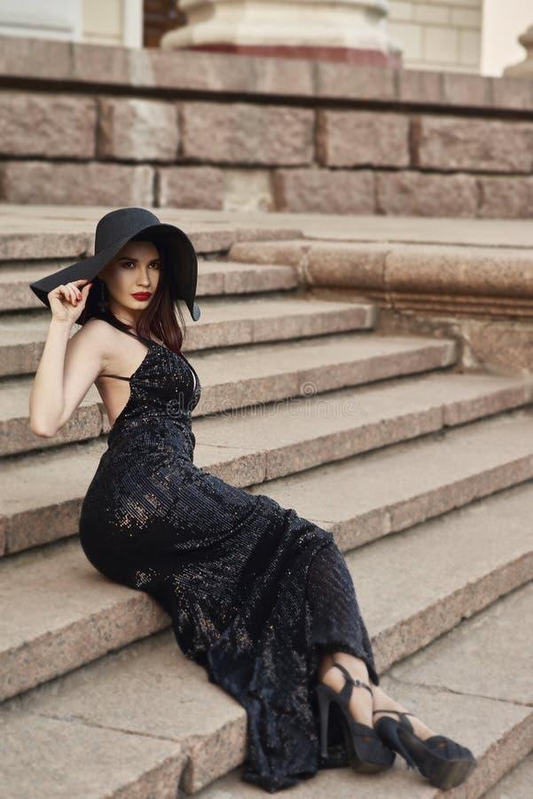 Belle dame dans la robe de luxe sur la rue photographie stock libre de droits