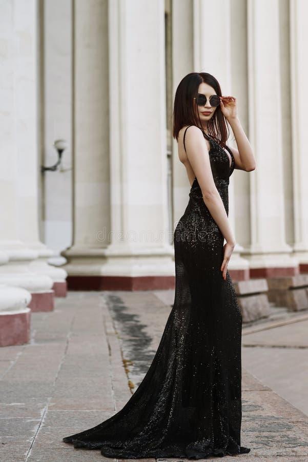 Belle dame dans la robe de luxe sur la rue photo stock